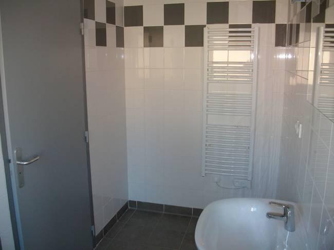 Salle de bain : douche et wc par chambre